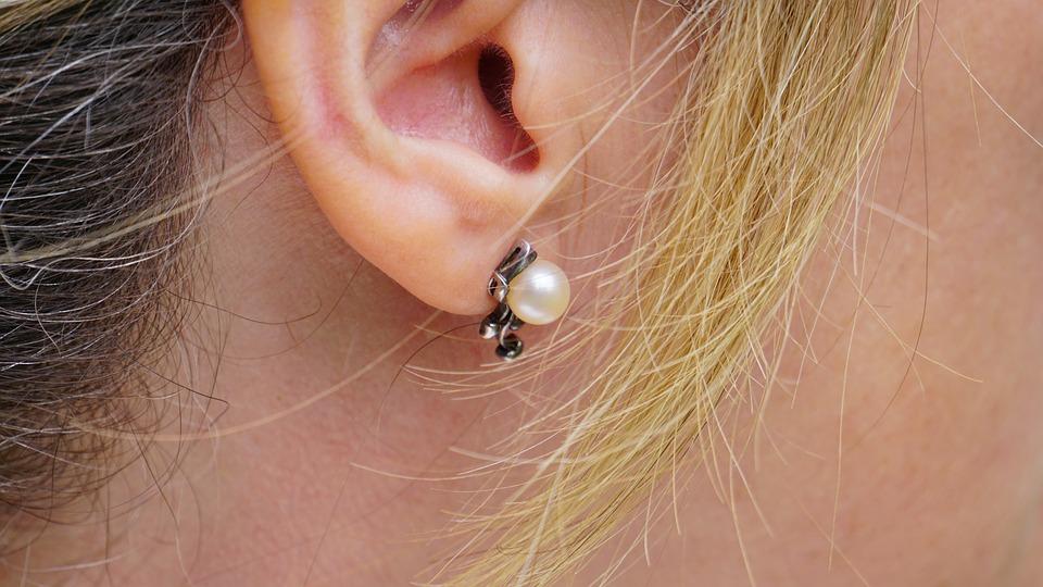 Apercu femme avec boucle d'oreilles