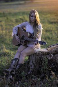 assis-avec-guitare