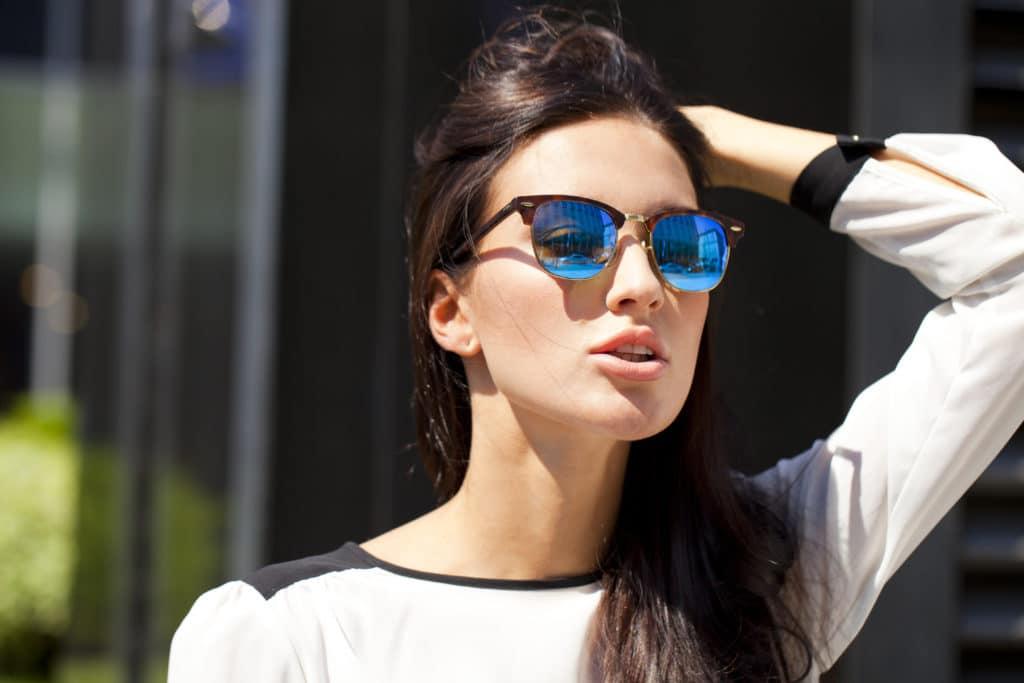 c826feb4ac Les lunettes de soleil ne sont pas un accessoire que l'on porte tous les  jours, à moins d'être une célébrité ou de vivre au milieu du Sahara dans  une tribu ...