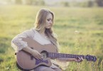 femme-blonde-champs-guitare