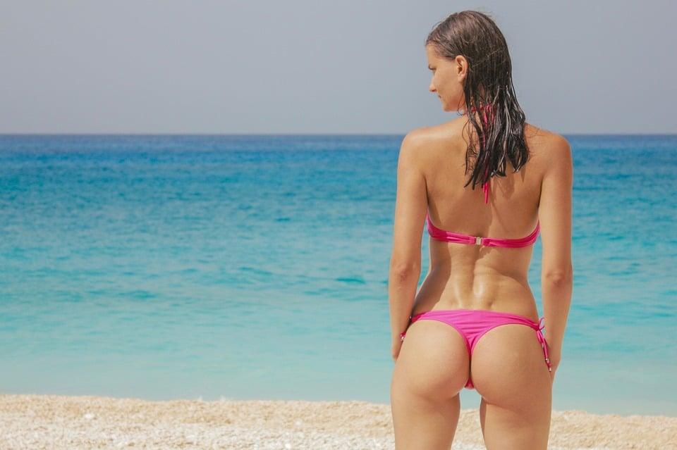femme en bikini string
