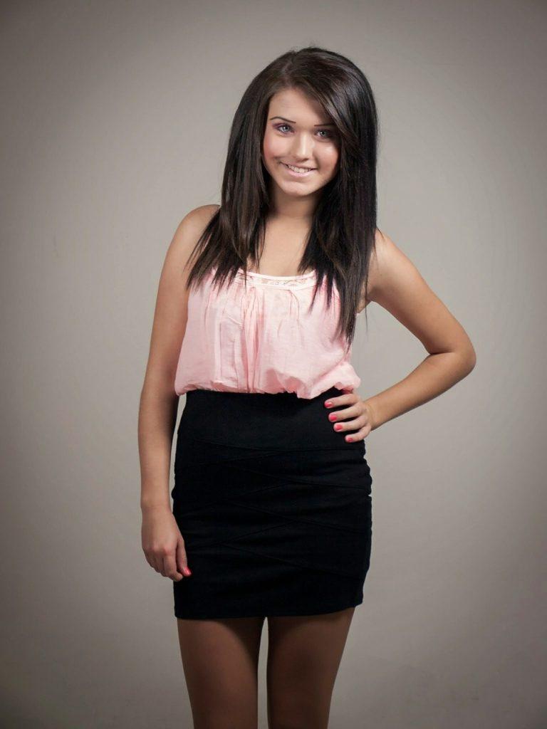 fille-robe-noire-rose