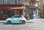 jeune femme monte dans voiture paris